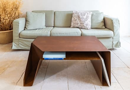 TAPE | Tavolino in corten : Soggiorno in stile in stile Mediterraneo di TrackDesign