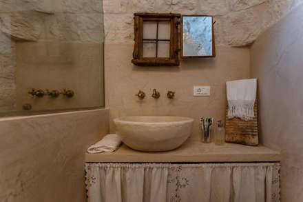 """Trullo """"LA PERLA"""": Bagno in stile in stile Mediterraneo di Architetto Floriana Errico"""