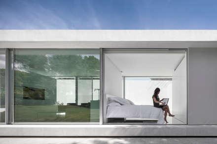 Pabellón de invitados: Dormitorios de estilo minimalista de FRAN SILVESTRE ARQUITECTOS