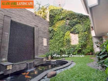 Laghetto da giardino in stile  di Jasa Tukang Taman Surabaya dan Kolam Koi Surabaya