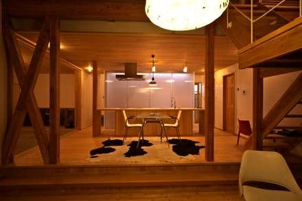 リビングよりダイニングをみる 夜景: 株式会社高野設計工房が手掛けたダイニングです。