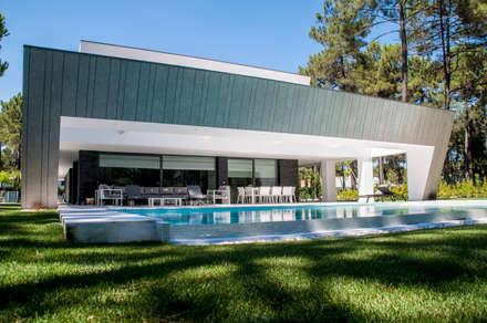Pastilha cor prata: Piscinas infinitas  por AES - Arquitectura Engenharia e Serviços