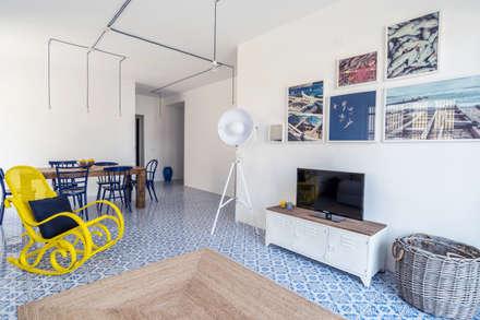 casa IM: Soggiorno in stile in stile Mediterraneo di Giuseppe Iacono Architetto