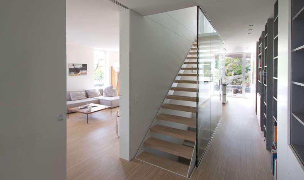 Casa Locarno // Treppe:  Flur & Diele von designyougo - architects and designers