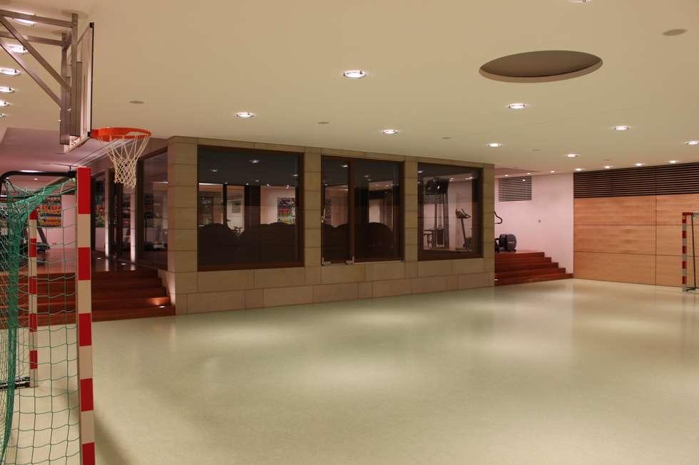 Sporthalle: moderner Fitnessraum von Architekten Graf + Graf