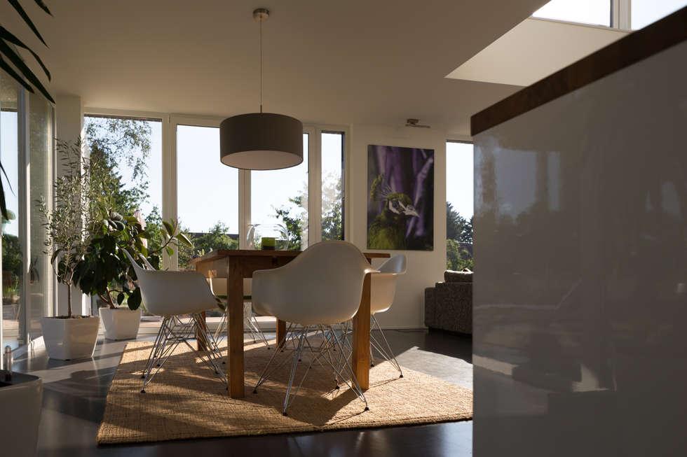 Essbereich neben der Küche: moderne Esszimmer von Hellmers P2 | Architektur & Projekte