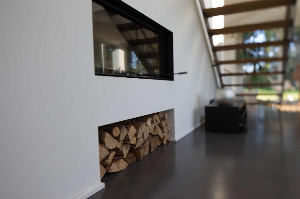 Ofen mit Holzfach im Wohnzimmer: moderne Wohnzimmer von Hellmers P2   Architektur & Projekte