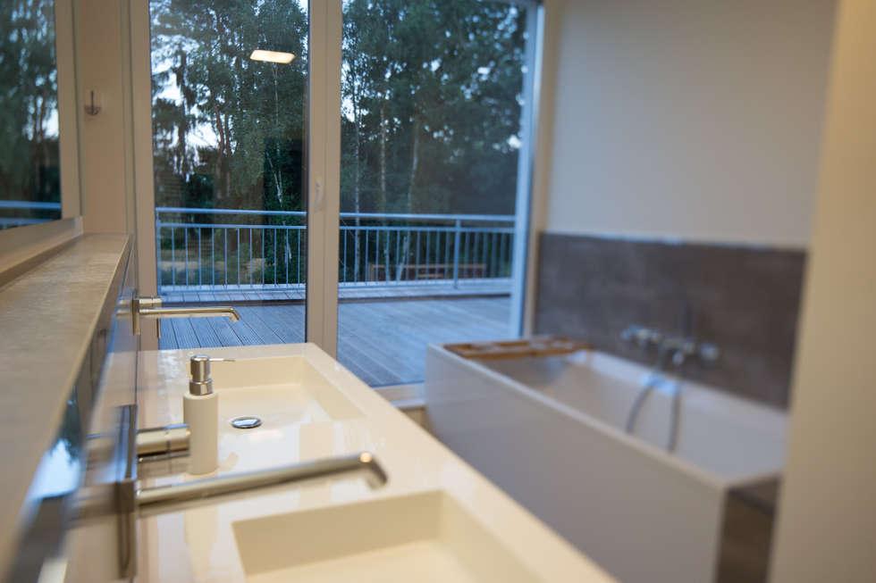 Vollbad mit Zugang zur Dachterrasse: moderne Badezimmer von Hellmers P2 | Architektur & Projekte
