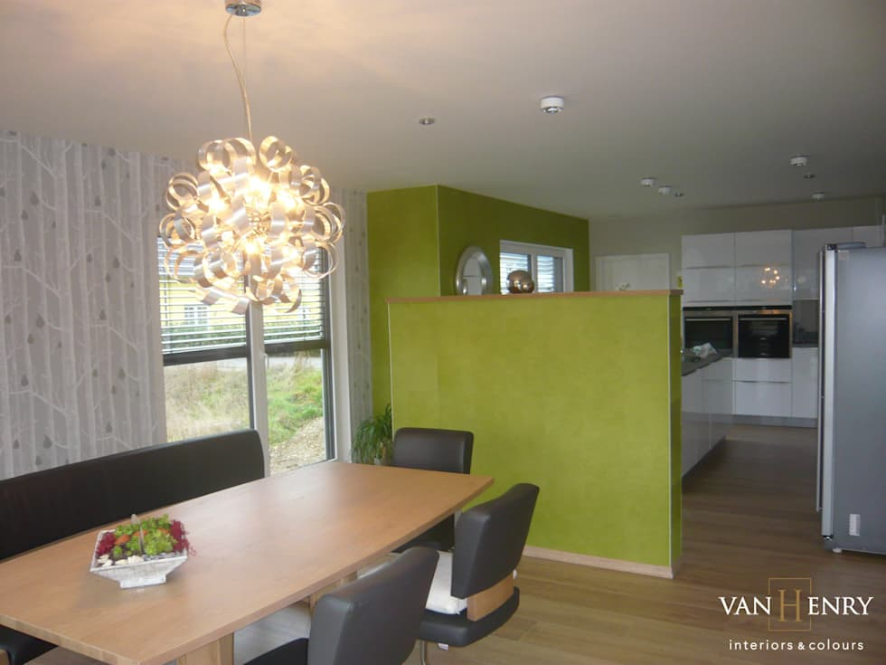 Einfamilienhaus, Küche und Essbereich: moderne Küche von vanHenry interiors & colours