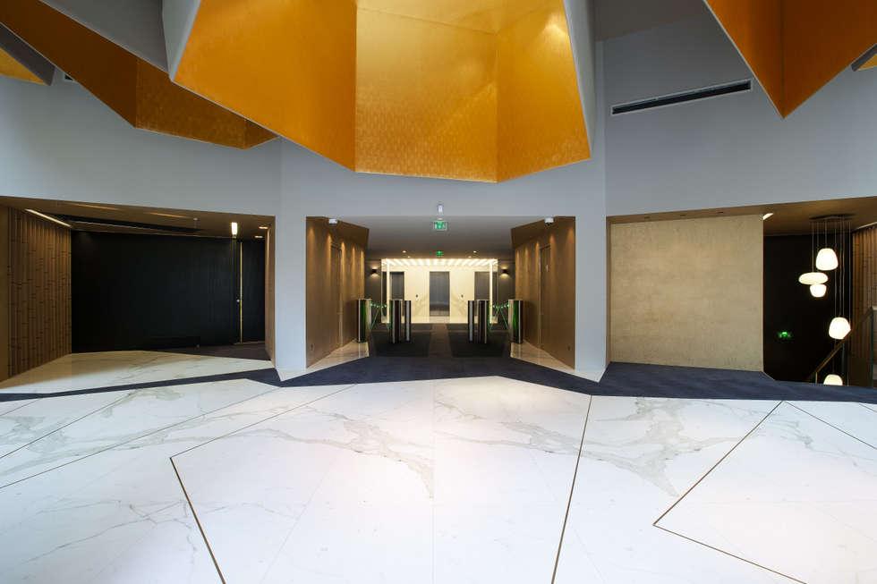 Le hall d'accueil : Bureaux de style  par BOUCHAUD ARCHITECTES