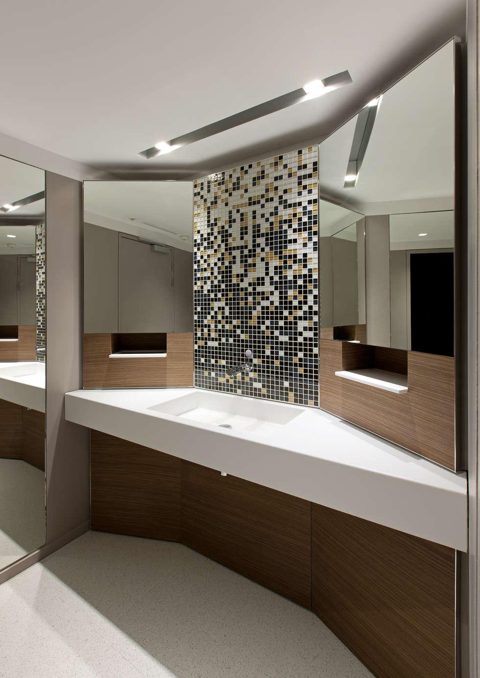 Les sanitaires: Bureaux de style  par BOUCHAUD ARCHITECTES
