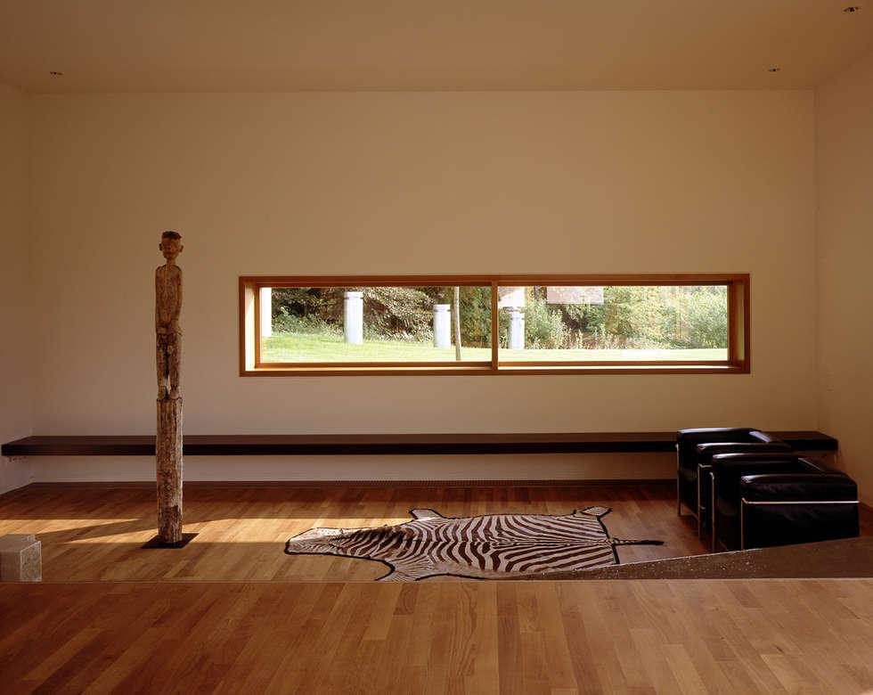 Villa L:  Wohnzimmer von Architektur & Interior Design