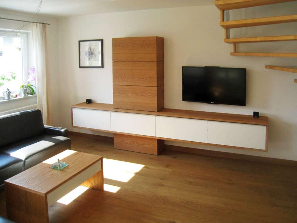 Wohnzimmer-Möbel in massiver Eiche: moderne Wohnzimmer von LIGNUM Möbelmanufaktur