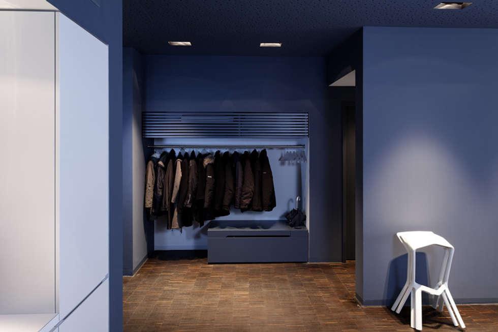 Garderobe:  Flur & Diele von a-base I büro für architektur