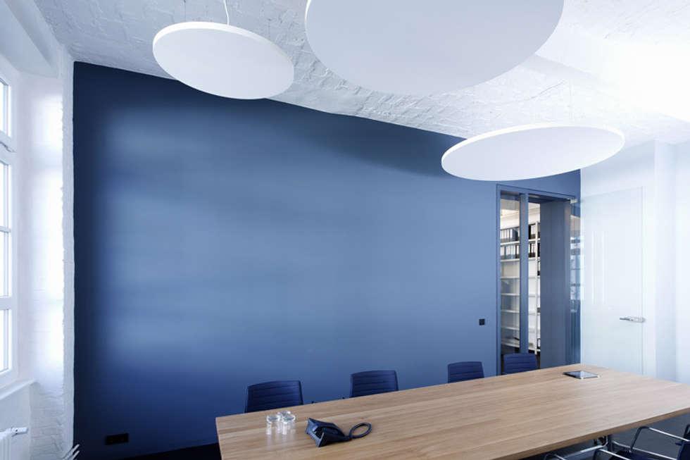 Besprechungsraum: moderner Multimedia-Raum von a-base I büro für architektur