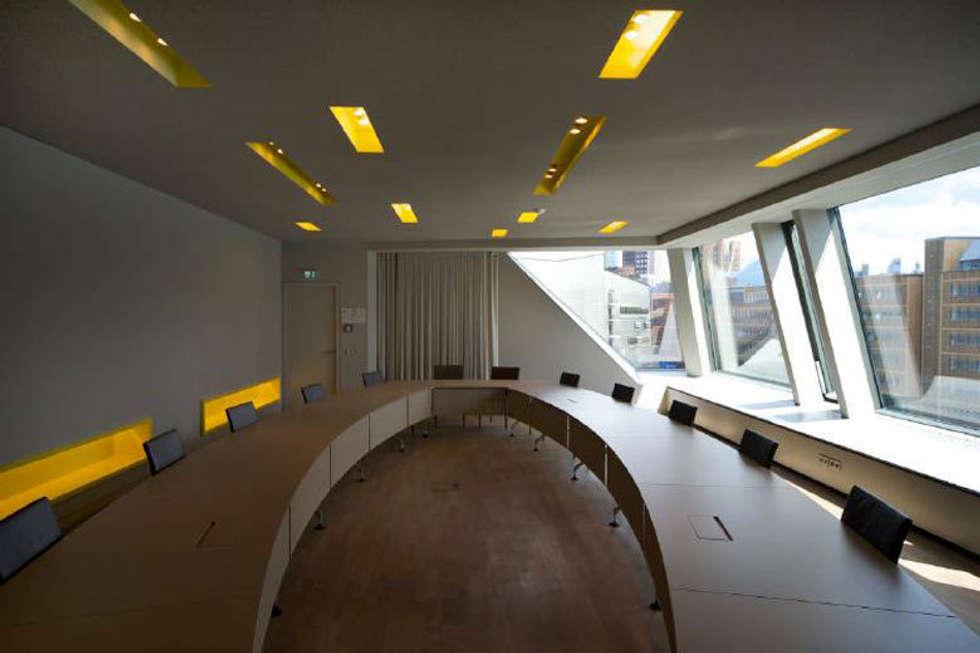 Konferenzraum: Klassischer Multimedia Raum Von A Base I Büro Für Architektur