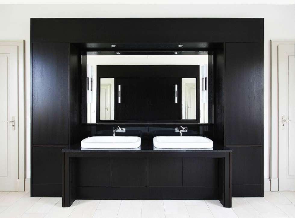 Bellevue zum Schloss - Villa mit Seitenflügeln und Hof: klassische Badezimmer von CG VOGEL ARCHITEKTEN