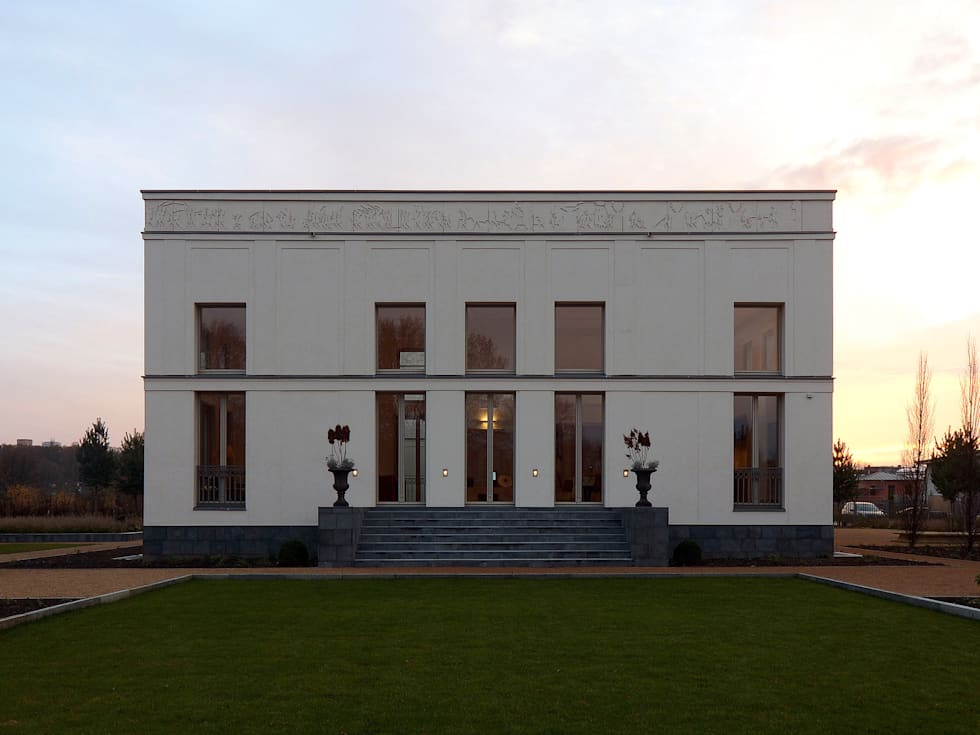Bellevue zum Schloss - Villa mit Seitenflügeln und Hof:  Terrasse von CG VOGEL ARCHITEKTEN