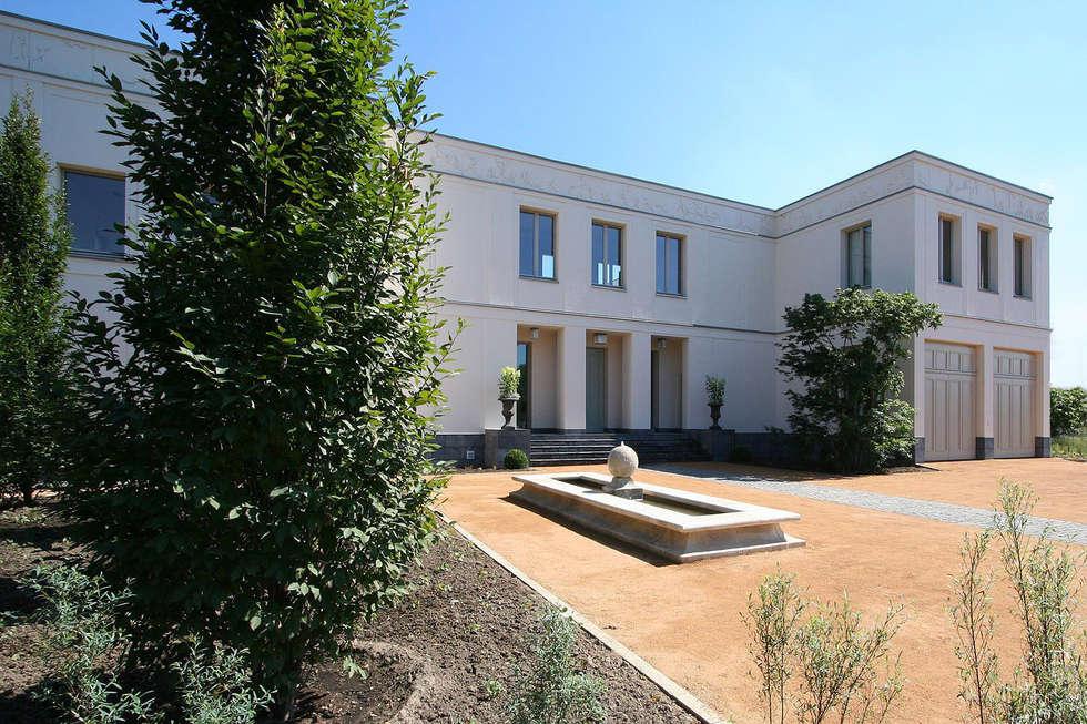 Bellevue zum Schloss - Villa mit Seitenflügeln und Hof: klassische Häuser von CG VOGEL ARCHITEKTEN