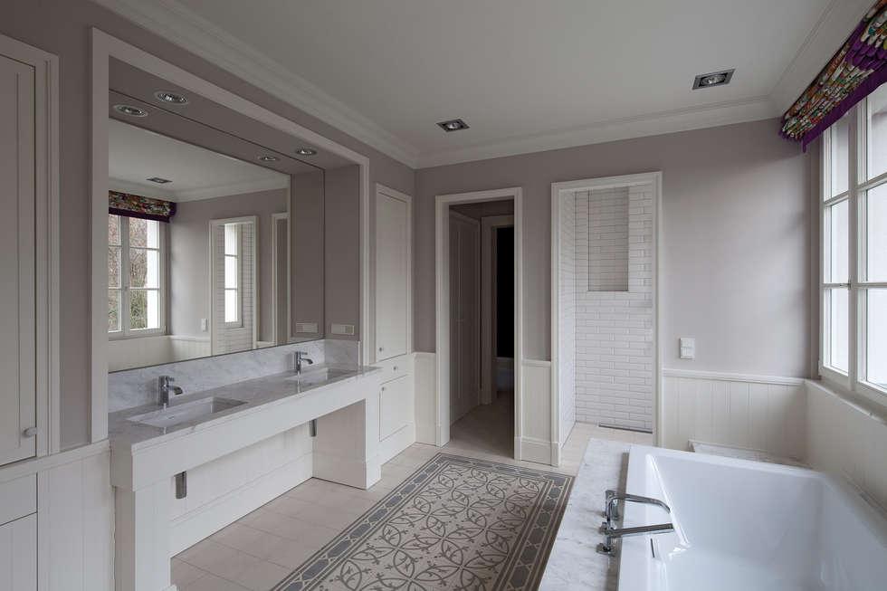 Mut zur Symmetrie - Klassisches Wohnhaus am Waldrand: klassische Badezimmer von CG VOGEL ARCHITEKTEN