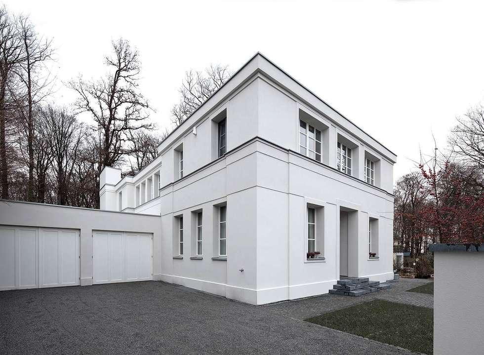 Mut zur Symmetrie - Klassisches Wohnhaus am Waldrand: klassische Häuser von CG VOGEL ARCHITEKTEN