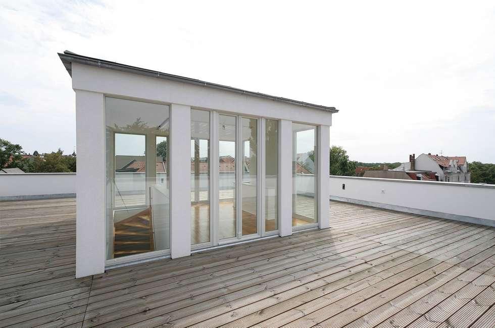 Klassisch und modern - Vom Stadtpalais zum Apartmenthaus:  Terrasse von CG VOGEL ARCHITEKTEN