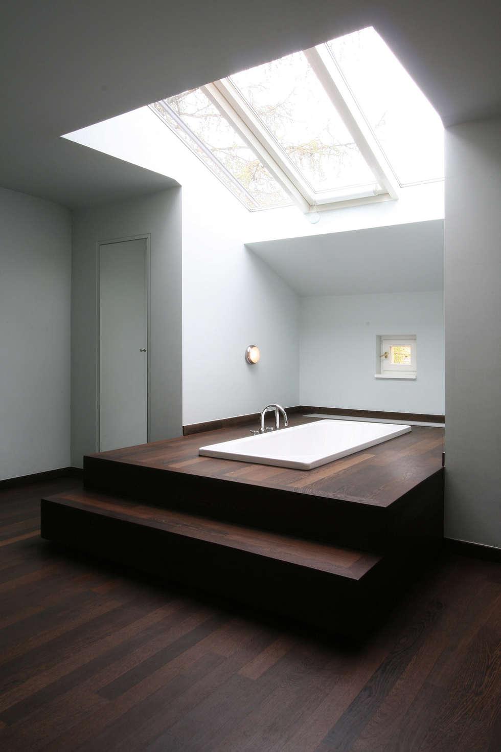 klassische badezimmer bilder: unter dem dach befindet sich eine