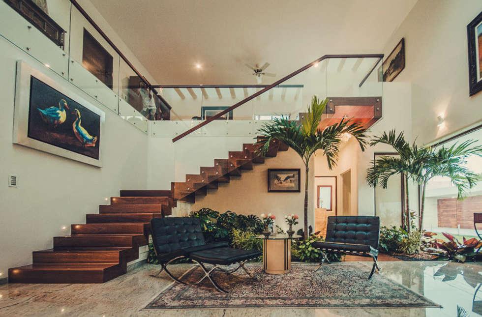 Pasillos, vestíbulos y escaleras de estilo moderno por Básico arquitectura
