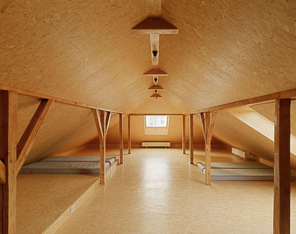Matratzenlager im Dachgeschoss:  Schlafzimmer von Architektur Sommerkamp