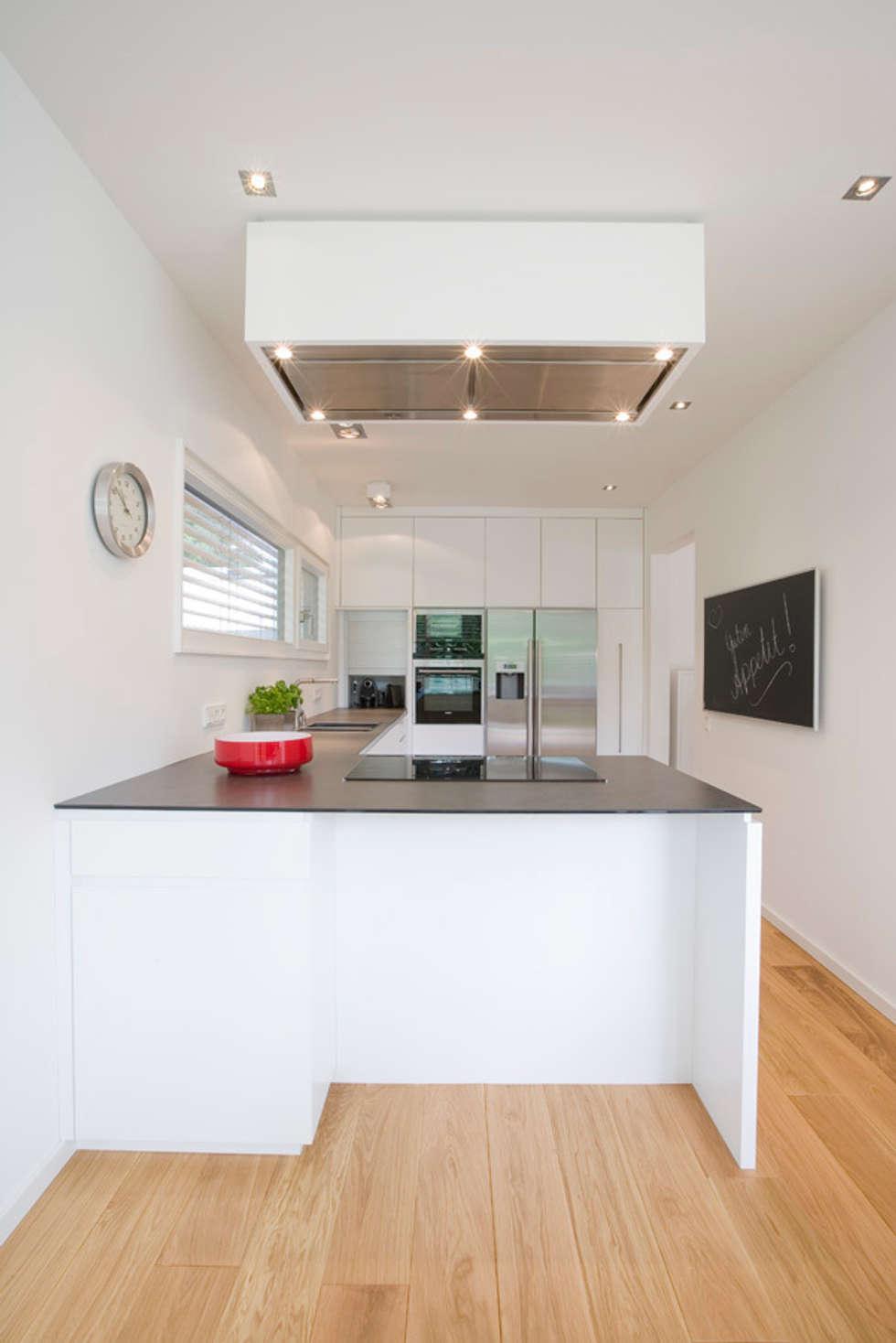 Küche in neuer Anbau REH: moderne Küche von stylingroom