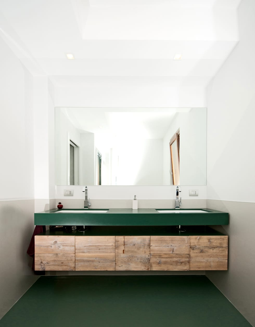 modern Bathroom by LuVi ph
