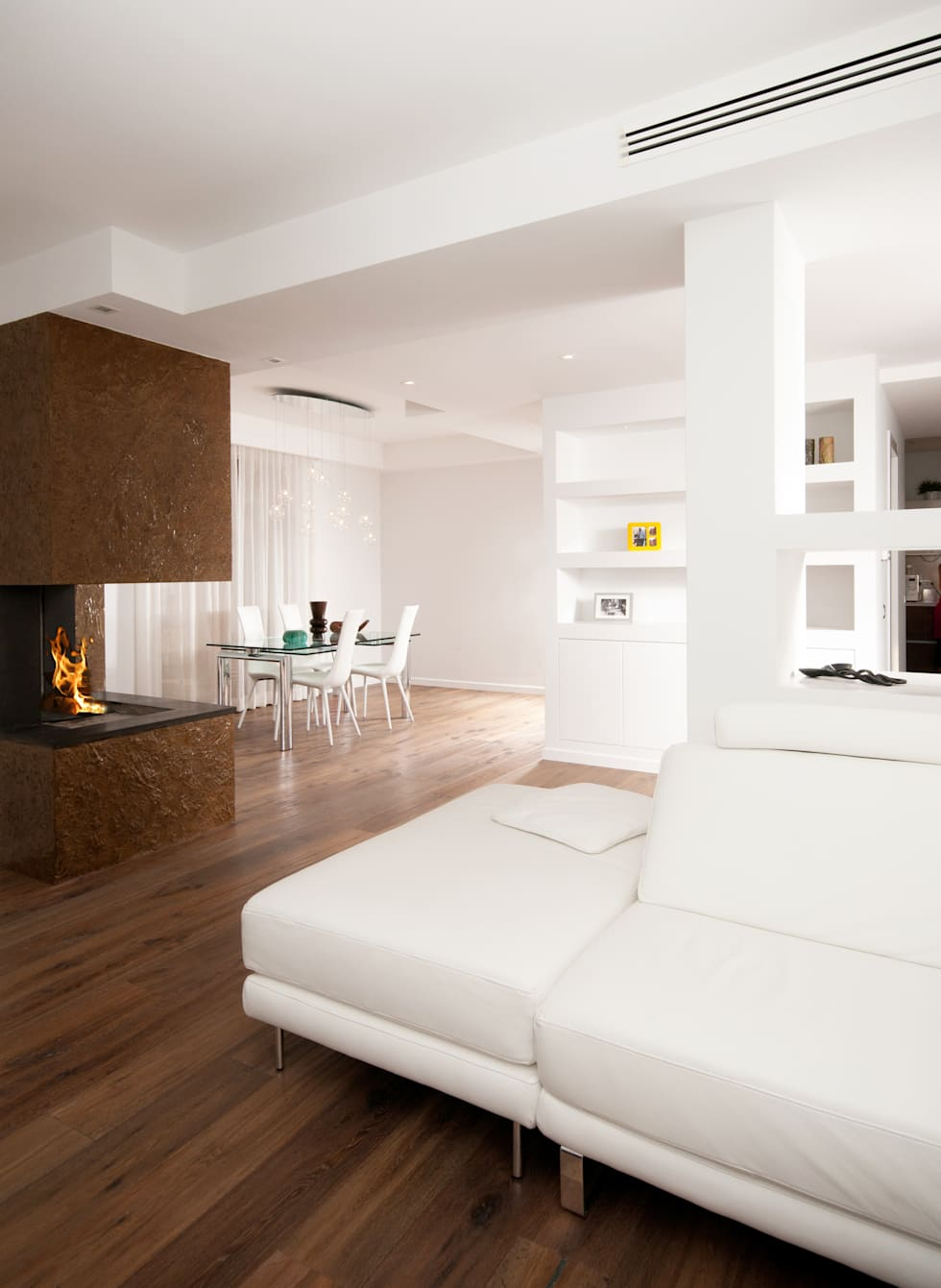 modern Living room by LuVi ph