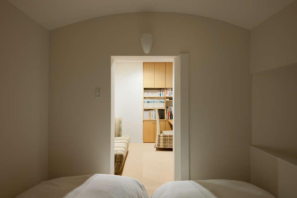 2階ゲストルーム: Kikumi Kusumoto/Ks ARCHITECTSが手掛けた寝室です。