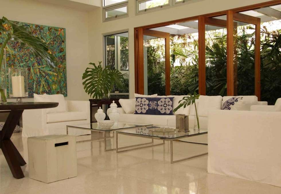 Living room: Salon de style de style Tropical par Lichelle Silvestry Interiors