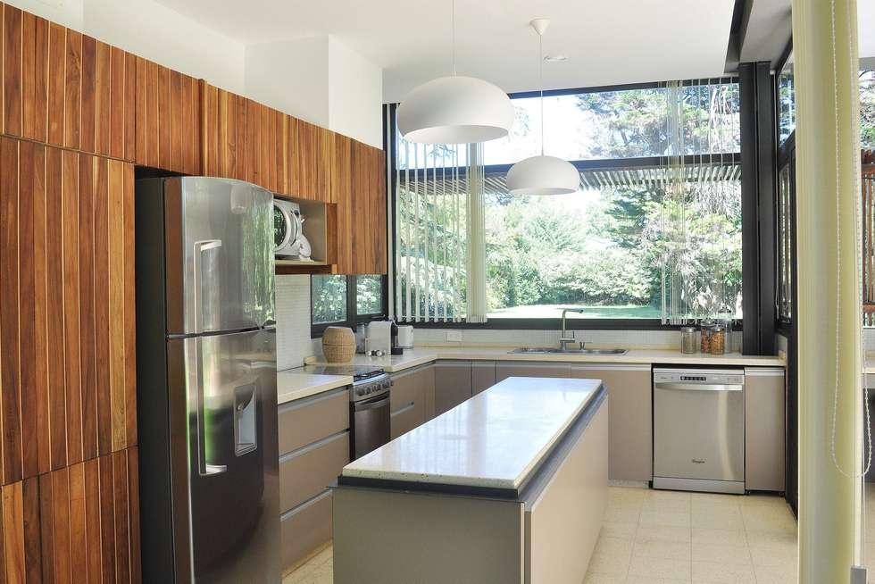 Cucina Galli - Acciaio Legno Ferro: Cucina in stile in stile Moderno di BEzeta INdesign