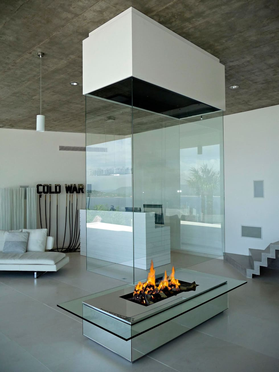 Cheminée Suspendu: Salon de style de style Moderne par Bloch Design