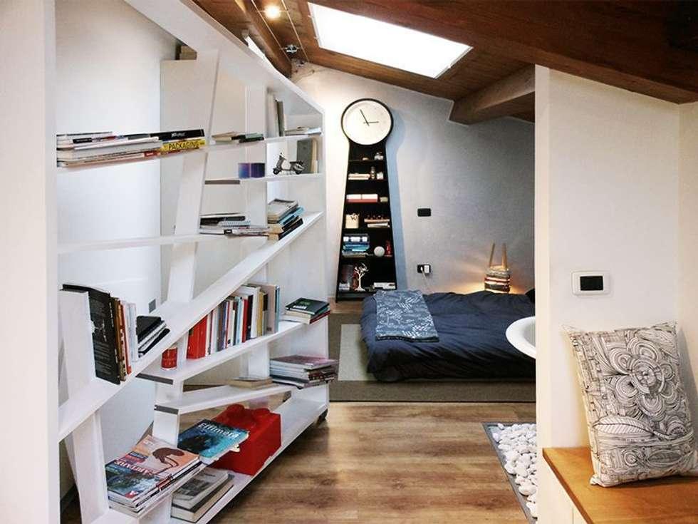 La libreria: Camera da letto in stile in stile Moderno di Spazio 14 10 di Stella Passerini