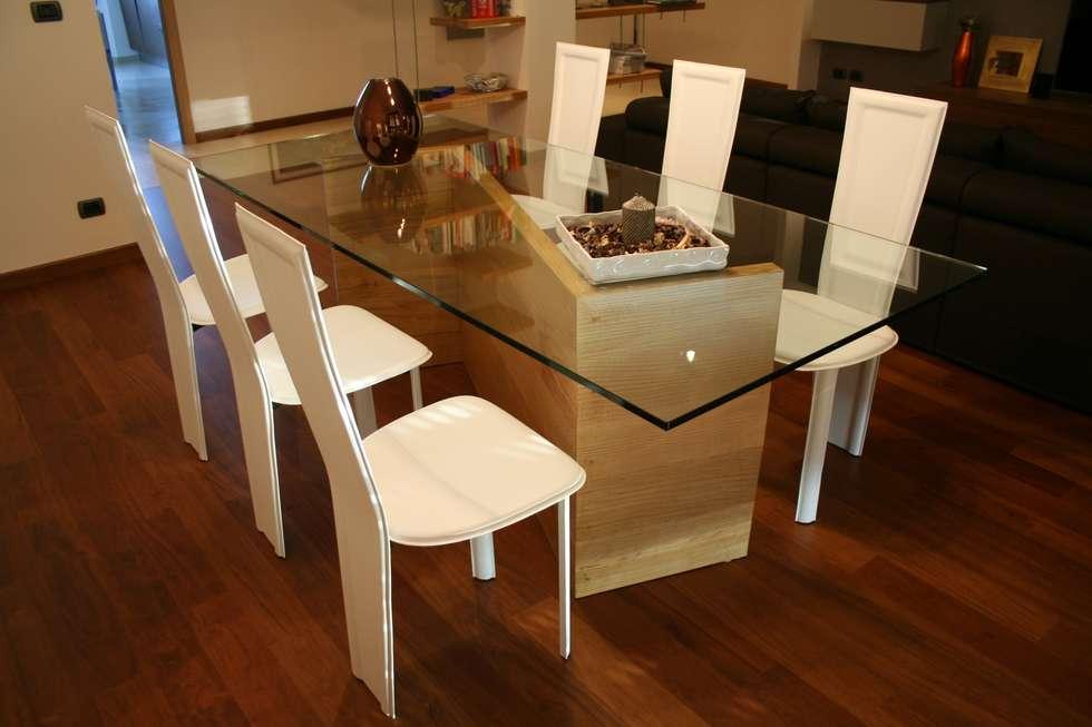 tavolo: Sala da pranzo in stile in stile Moderno di enrico massaro architetto