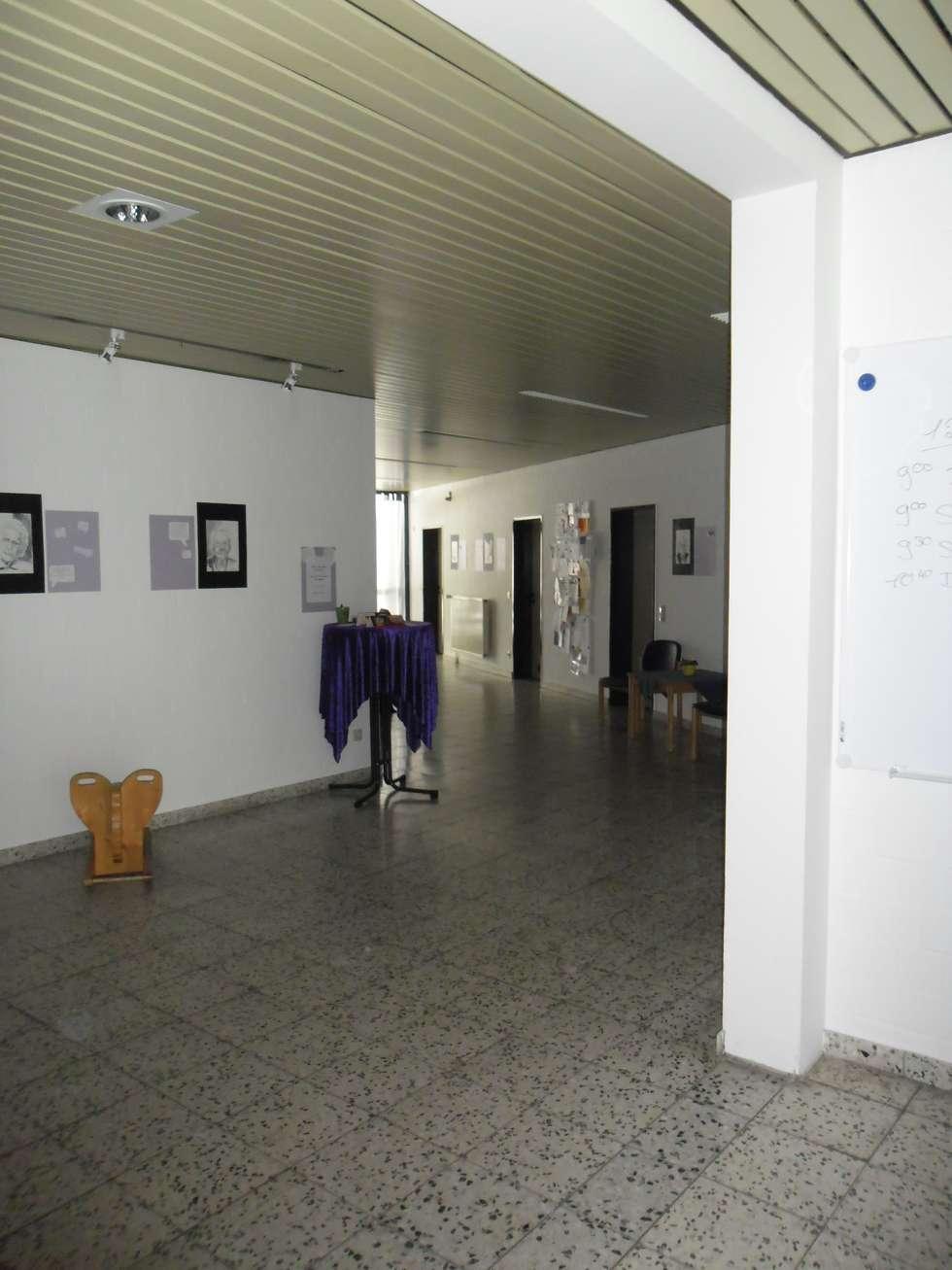 Ausstellungsflur in Bildungseinrichtung- Vorher:  Veranstaltungsorte von INTERIORDESIGN - Jedes Geschäft braucht ein Gesicht. Jede Wohnung eine Seele