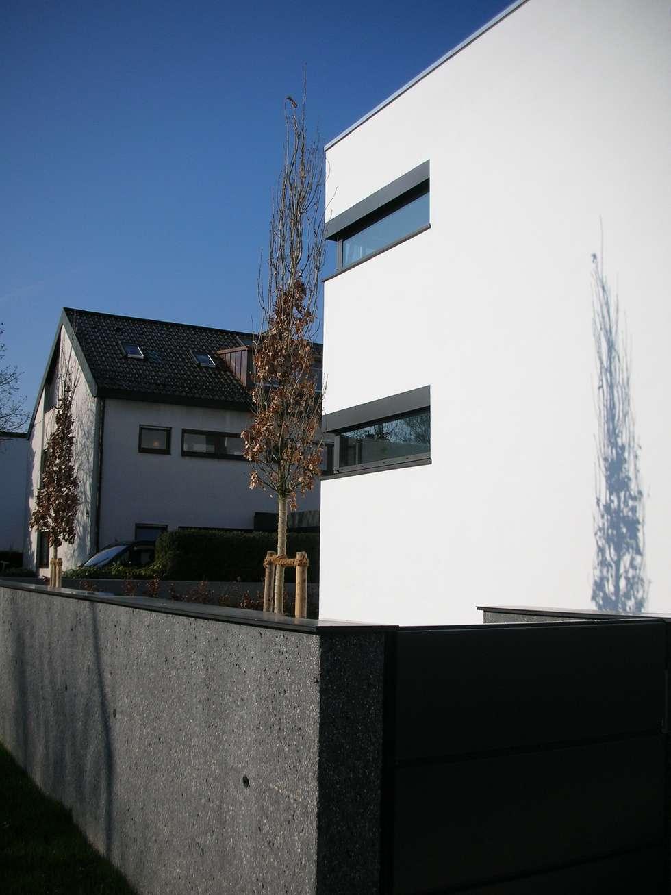 umbau und energetische sanierung eines einfamilienhauses mit einliegerwohnung in regensburg süd: moderne Häuser von Architekturbüro Ferdinand Weber