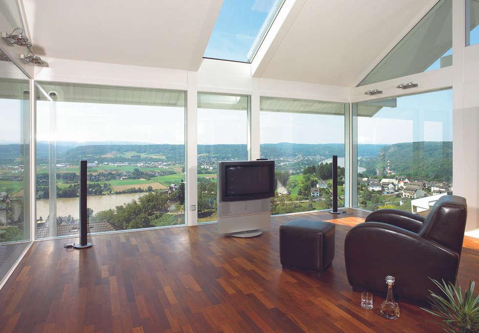 Panoramalage im Siebengebierge: klassische Wohnzimmer von DAVINCI HAUS GmbH & Co. KG