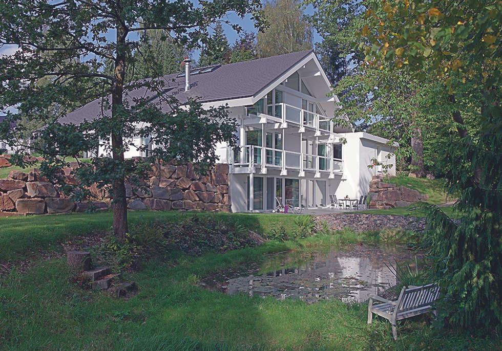 Luxus-Glashaus im Sauerland: moderne Häuser von DAVINCI HAUS GmbH & Co. KG