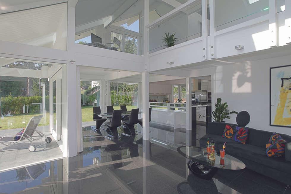 Luxus-Glashaus im Sauerland: moderne Wohnzimmer von DAVINCI HAUS GmbH & Co. KG