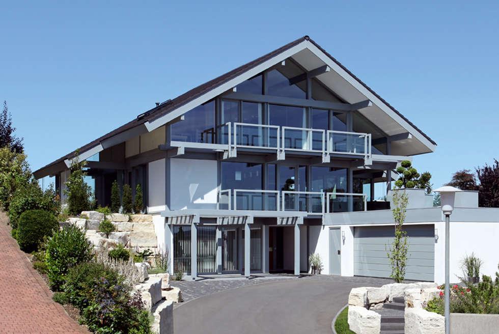 Satteldachhaus in Hannover: moderne Häuser von DAVINCI HAUS GmbH & Co. KG