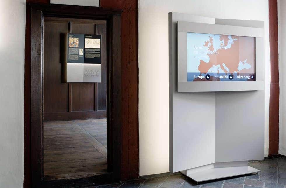 Multimedia Display: moderner Multimedia-Raum von Marius Schreyer Design