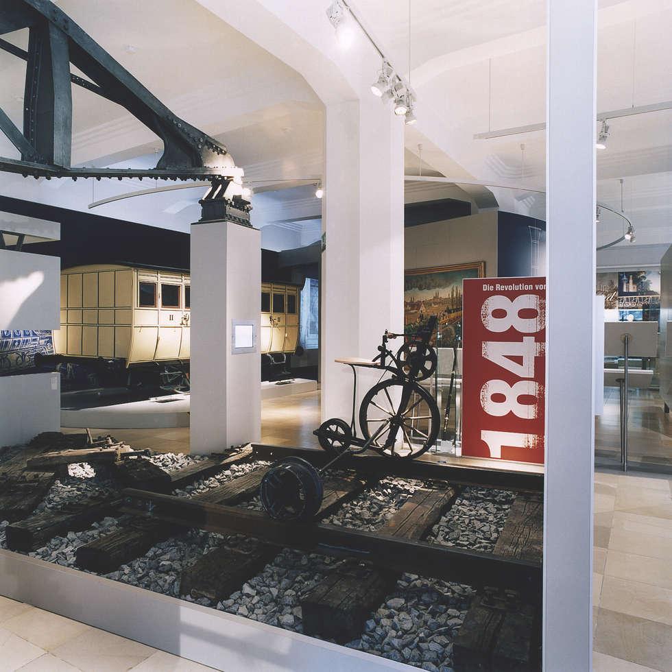 Ausstellungsraum: moderner Multimedia-Raum von Marius Schreyer Design