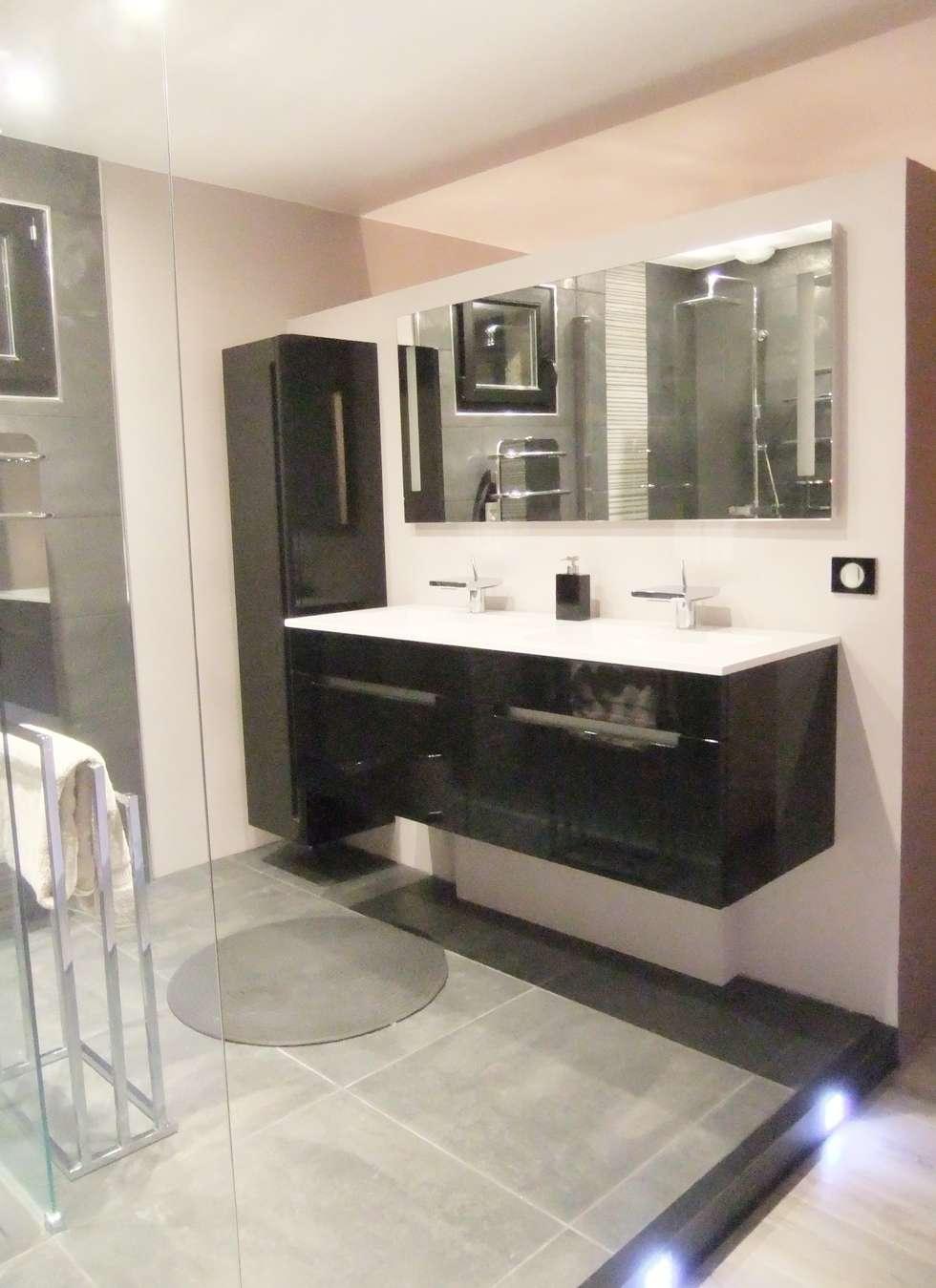Espace lavabo suspendu dans une suite parentale: Salle de bains de style  par HOME feeling