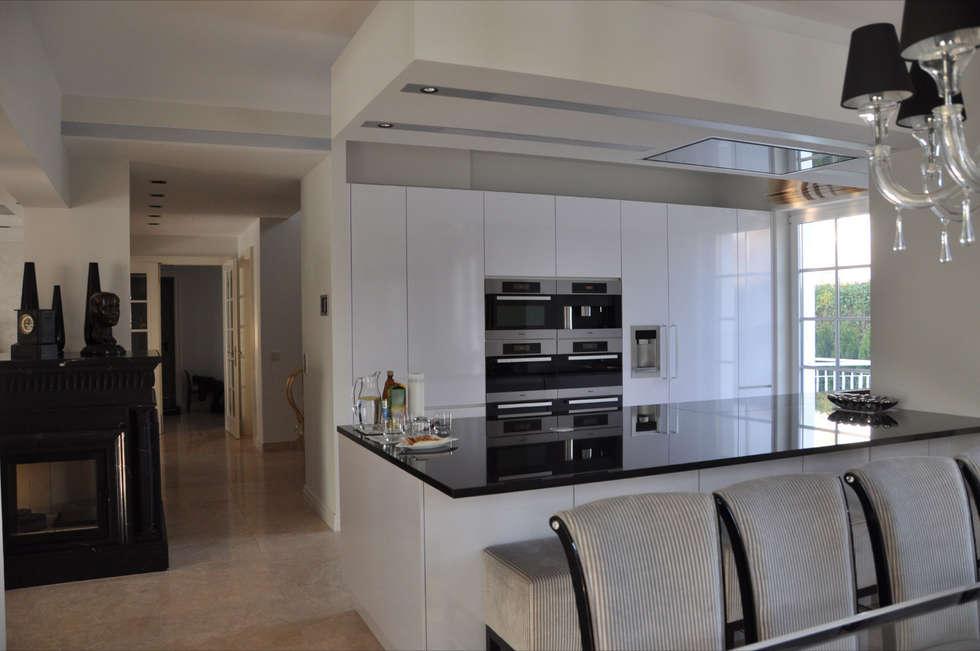 Offen Küche Eigenentwurf: klassische Küche von Elke Altenberger Interior Design & Consulting