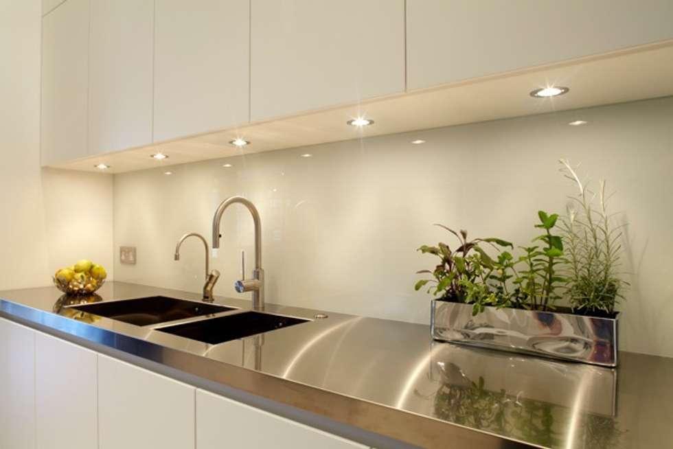 Cocinas de estilo moderno de TLA Studio