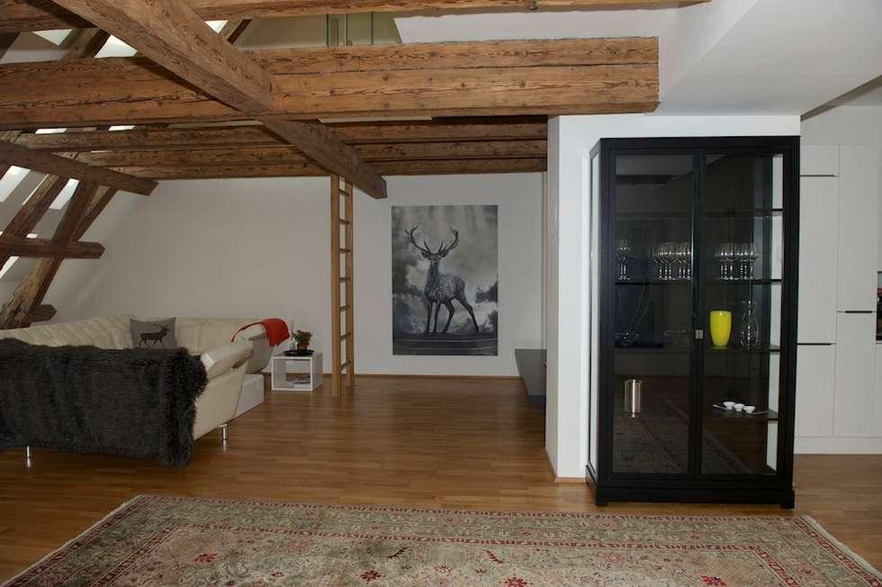 Dachboden open space: ausgefallene Wohnzimmer von Elke Altenberger Interior Design & Consulting